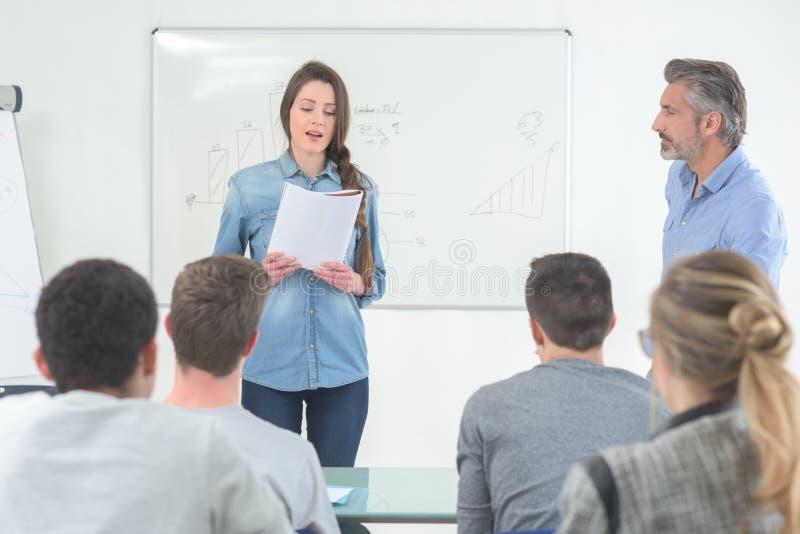 Student, der im Klassenzimmer spricht lizenzfreie stockbilder