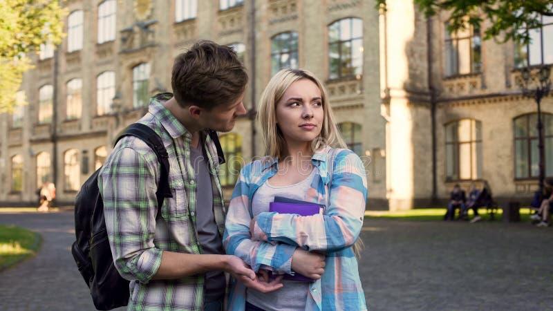 Student, der mit arrogantem blondem Mädchen nahe College, einseitige Liebe, Gefühle flirtet lizenzfreies stockbild