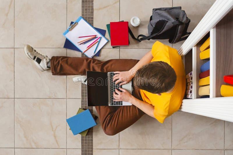 Student, der mit Laptop in der Bibliothek, Draufsicht studiert stockfotos