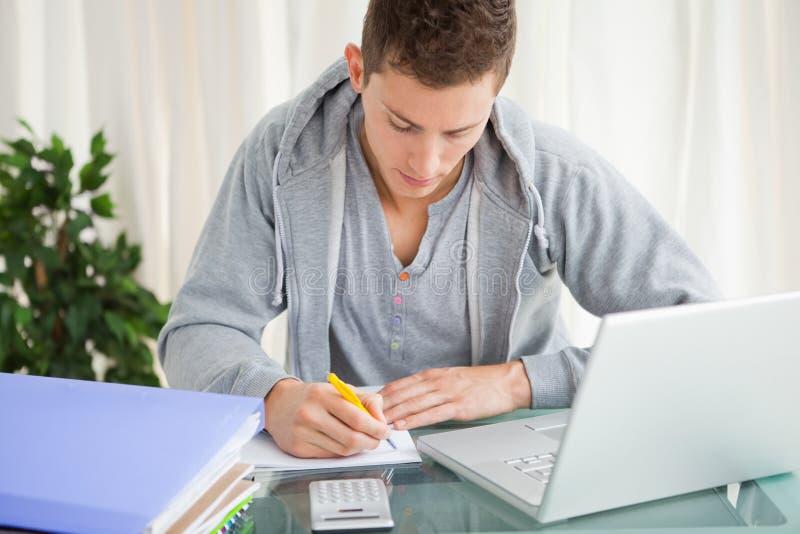 Student, der seine Hausarbeit tut stockfotos