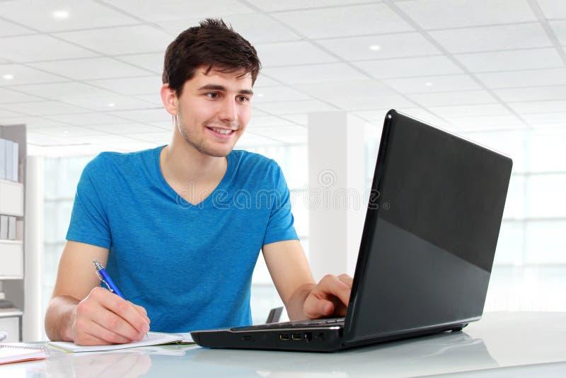 Student, der seinen Laptop verwendet lizenzfreie stockfotos