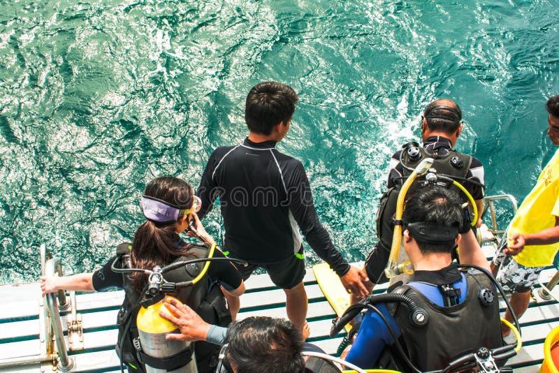 Student, der Sprung zum Meer f?r Sporttauchentest in Samaesarn-Insel, Sattahip Chonburi, Thailand vorbereitet stockfotografie