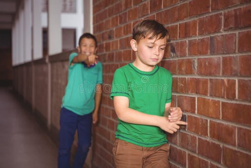 Dating mit einem jüngeren mädchen in der schule