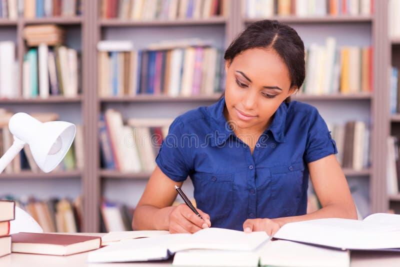Student die aan de examens voorbereidingen treffen stock foto