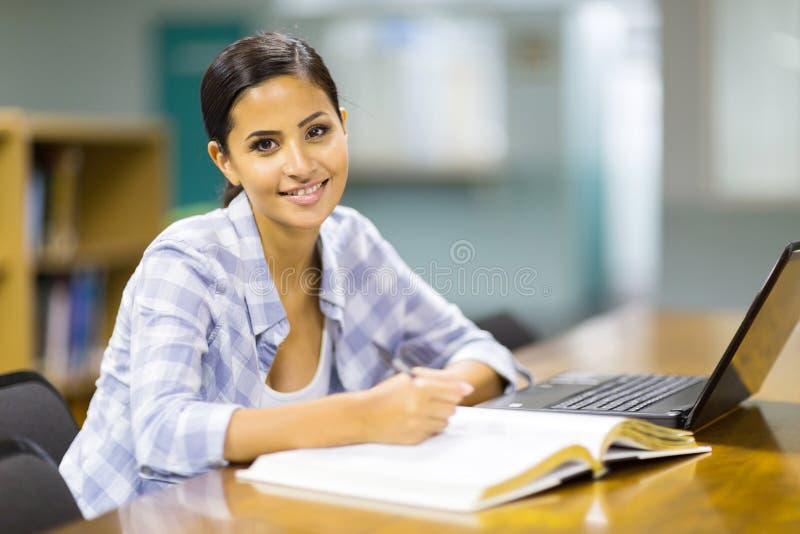 Download Student Die Bibliotheek Bestuderen Stock Foto - Afbeelding bestaande uit gelukkig, meisje: 39107964