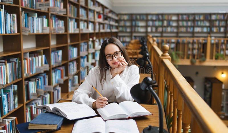 Student die bij de bibliotheek bestuderen royalty-vrije stock fotografie