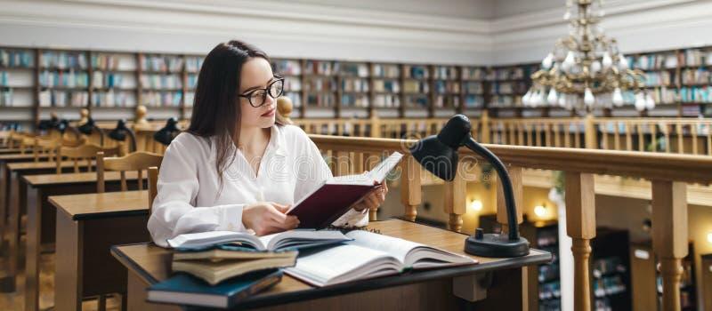 Student die bij de bibliotheek bestuderen stock foto