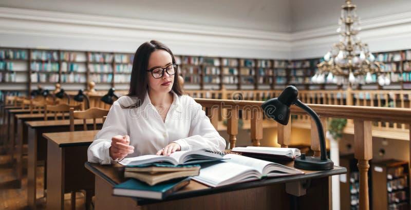 Student die bij de bibliotheek bestuderen royalty-vrije stock afbeelding