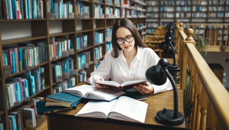 Student die bij de bibliotheek bestuderen royalty-vrije stock foto