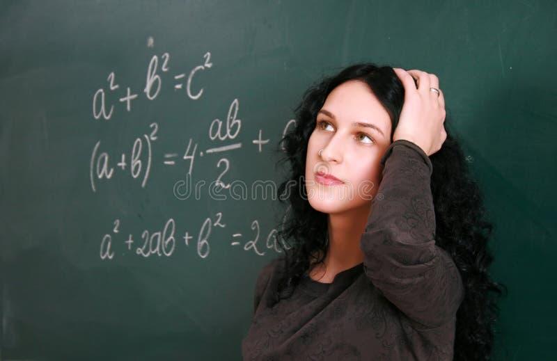 Student die bij het examen denkt stock foto