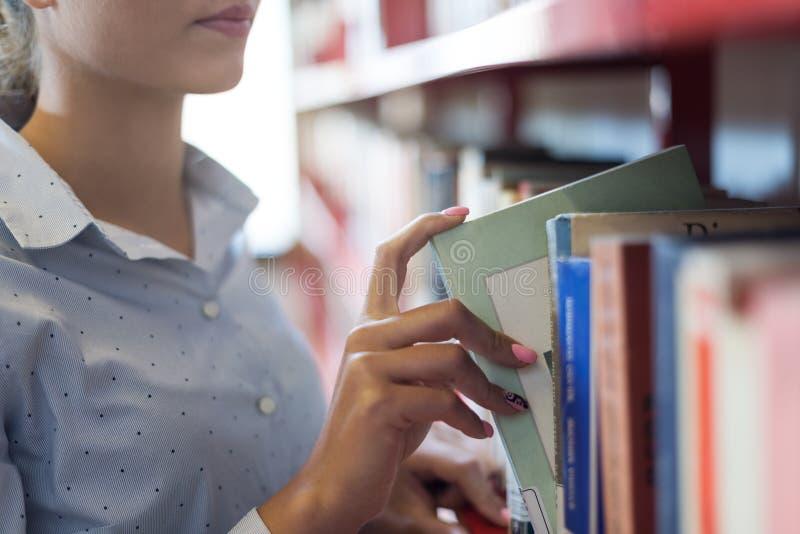 Student die boeken zoeken stock foto