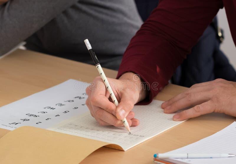Student die Chinese karakters schrijven royalty-vrije stock afbeelding