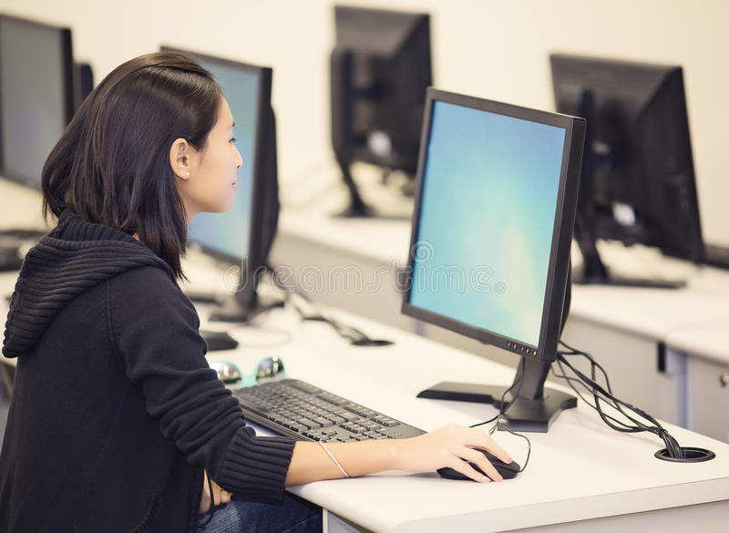 Student die in Computerlaboratorium werken stock foto's