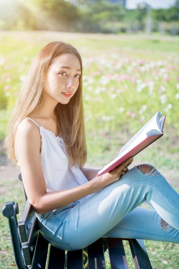 Student die een boek in het park op de zomervakantie lezen stock fotografie