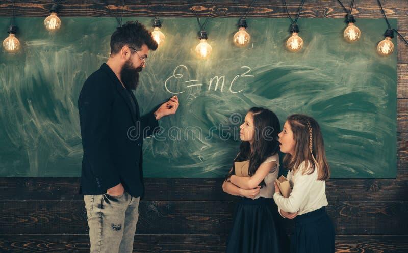 Student die een examen euforisch meisje overgaan die op laptop in de klasse letten De studenten bouwen positieve verhoudingen met stock fotografie