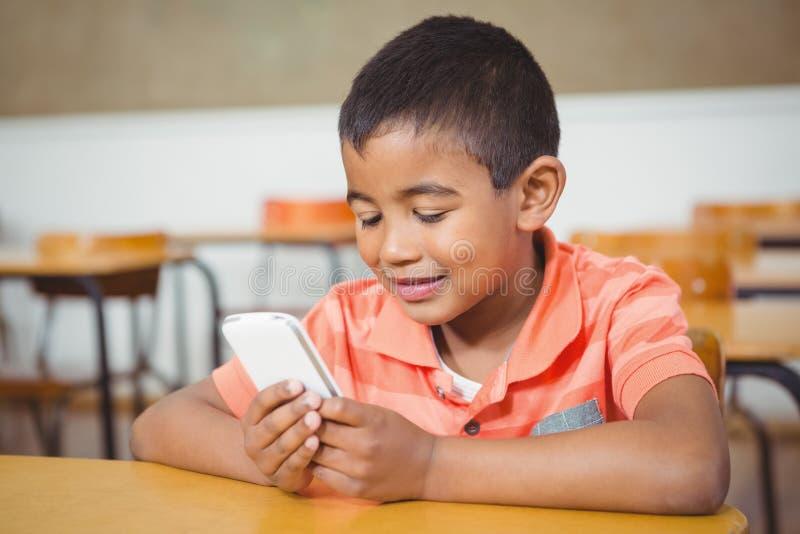 Student die een mobiele telefoon in klasse met behulp van royalty-vrije stock afbeeldingen