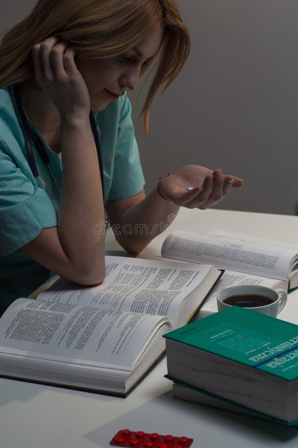 Student die geneeskunde amfetamine nemen stock foto