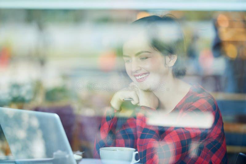 Student die in koffie werken royalty-vrije stock afbeeldingen