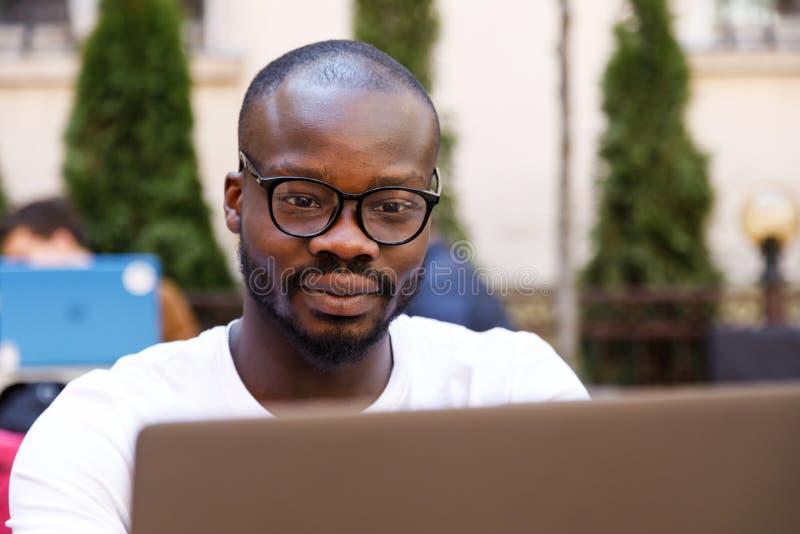Student die Laptop met behulp van stock foto's