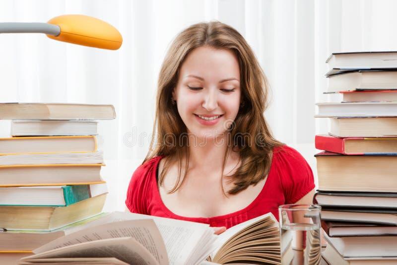 Student die met boeken bestuderen royalty-vrije stock foto's