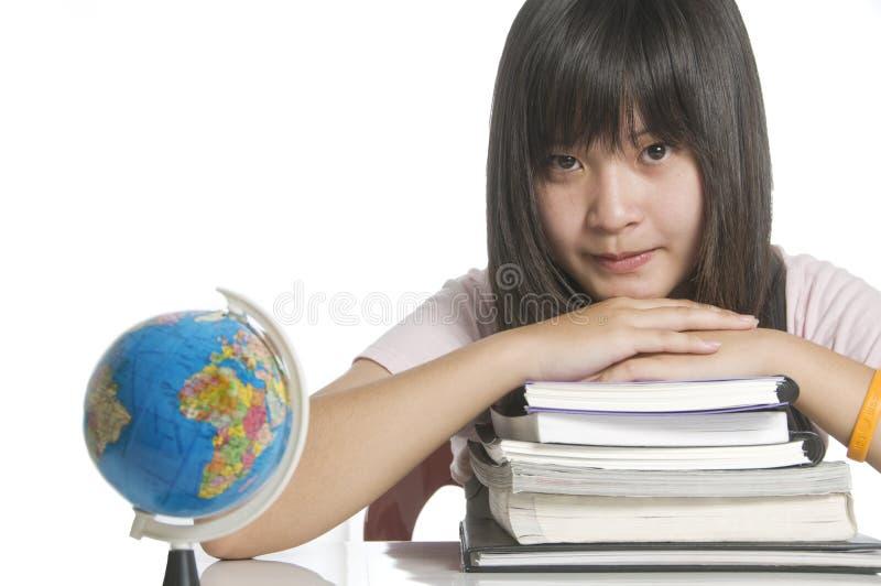 Student die met boeken en bol bestudeert royalty-vrije stock foto
