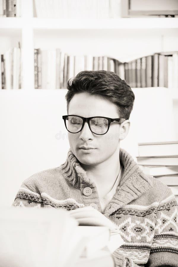 Student die met glazen een boek op b/w lezen stock afbeeldingen