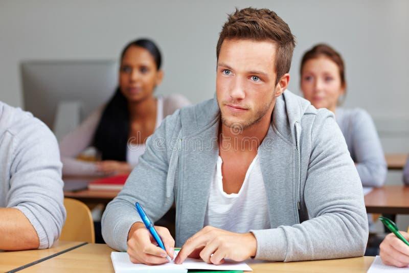 Student die nota's in klasse neemt stock foto's