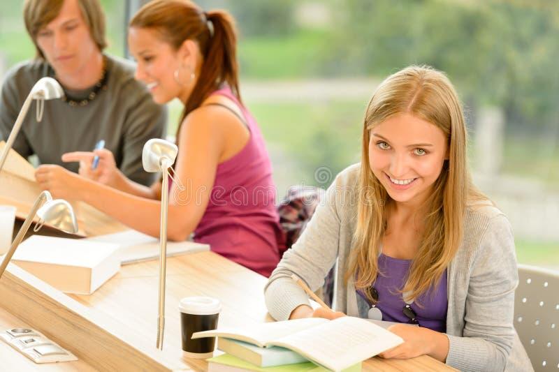 Student die nota's in studieruimte neemt stock foto's