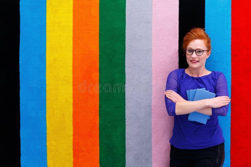 Student die op tapijt leggen royalty-vrije stock foto
