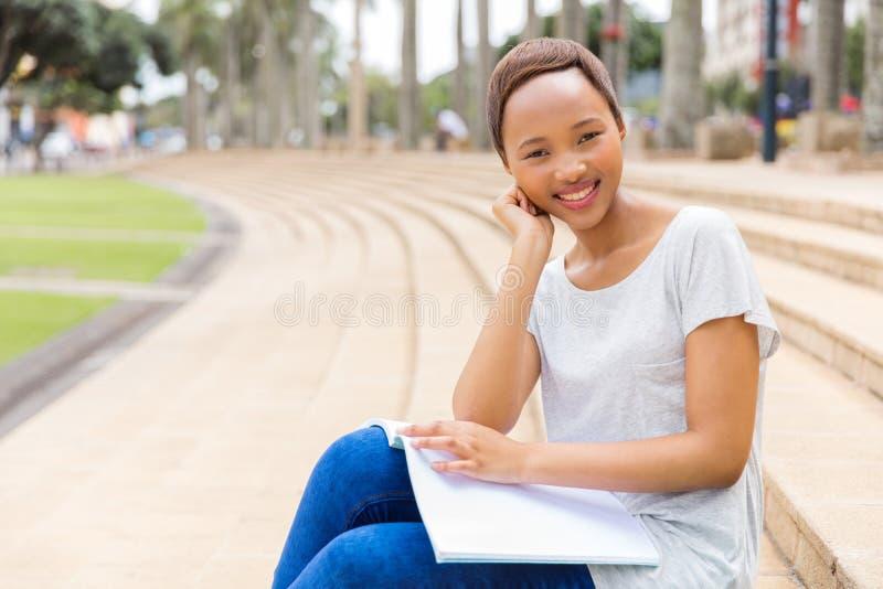 Student die in openlucht bestuderen stock afbeelding