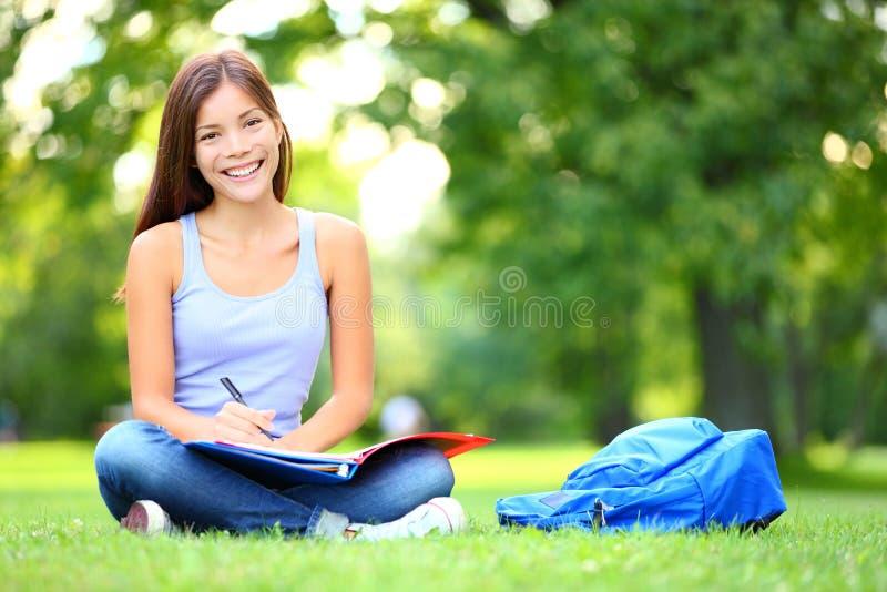 Student die in park bestudeert royalty-vrije stock afbeelding