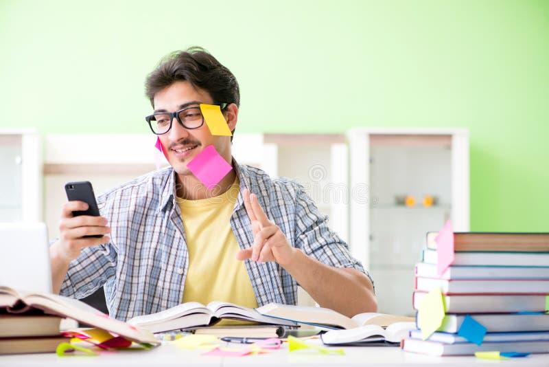 Student die voor universitaire examens met velen voorbereidingen treffen tegenstrijdige pri stock afbeeldingen