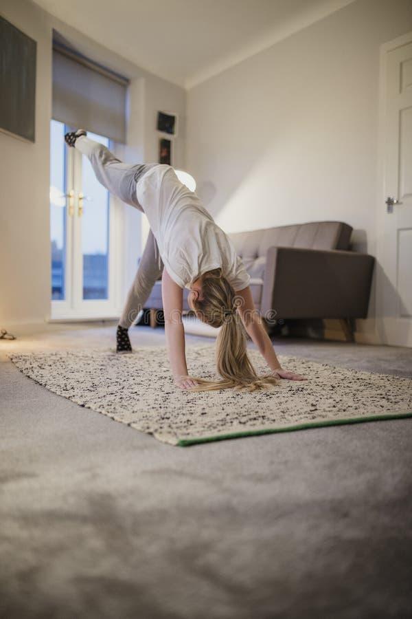 Student Doing Yoga thuis stock foto