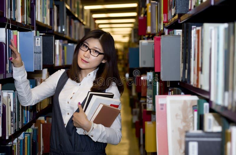 Student door boeken wordt omringd dat royalty-vrije stock fotografie