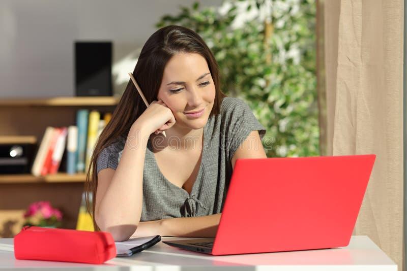 Student e-leert thuis het gebruiken van laptop royalty-vrije stock foto