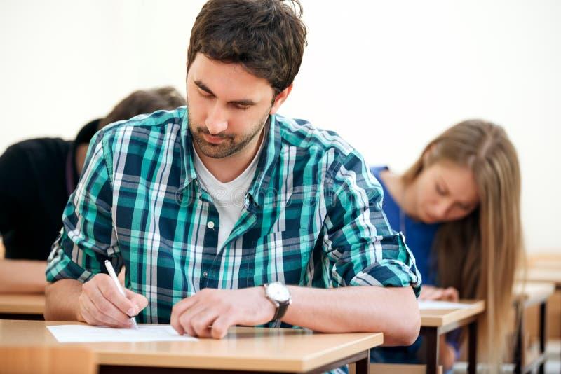 Student in een klaslokaal stock foto