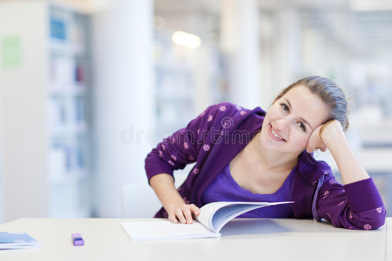 Student in einer Bibliothek stockfoto