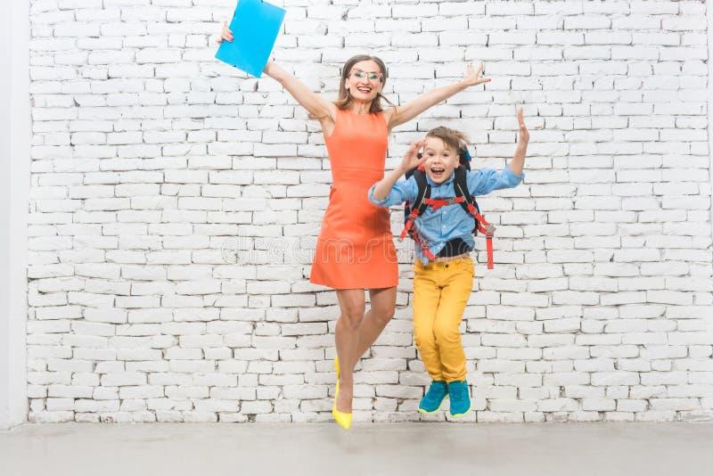 Student eller elev och lärare som är upphetsade om skola arkivfoton