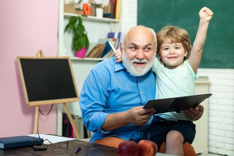 Student en het concept van het tutoringsonderwijs Dank u leraar Weinig klaar te bestuderen Grootvader en kleinkind Portret royalty-vrije stock fotografie