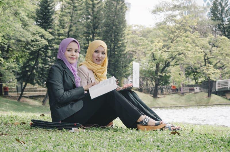 Student en stedelijke levensstijl die een bespreking hebben bij park royalty-vrije stock foto