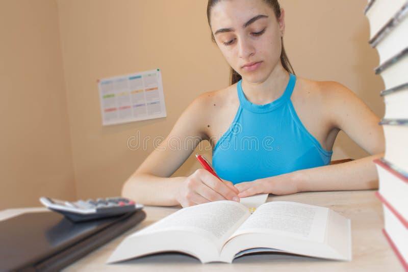 Student Girl med massor av böcker som studerar för examina books isolerat gammalt för begrepp utbildning royaltyfria bilder