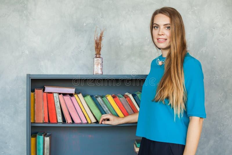 Student Girl op Boekenrekkenachtergrond royalty-vrije stock foto