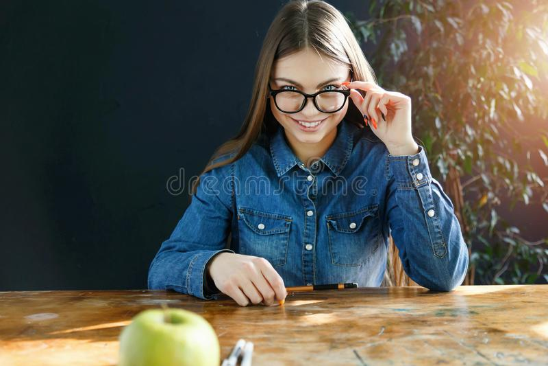 Student Girl Sitting bij het Bureau royalty-vrije stock fotografie