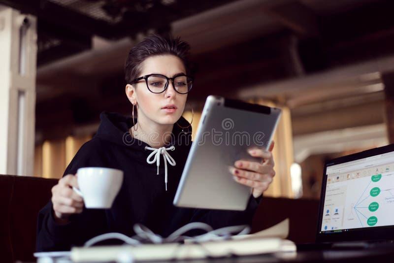 Student Girl Sitting met de Tablet stock foto's