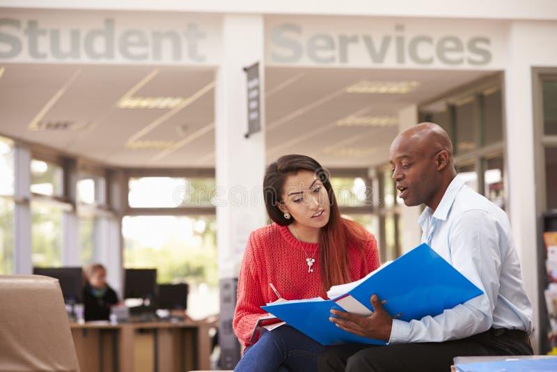 Student-Having Meeting With-Tutor To Discuss Work lizenzfreie stockfotografie