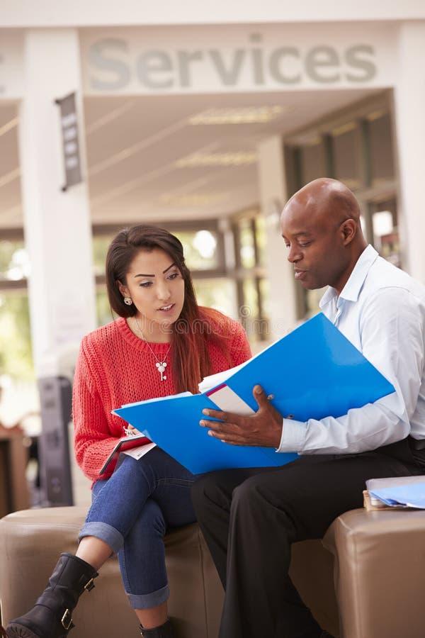 Student-Having Meeting With-Tutor To Discuss Work stockfotos