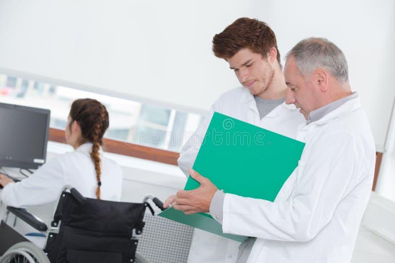 Student-Having Meeting With-Tutor To Discuss Work lizenzfreie stockbilder