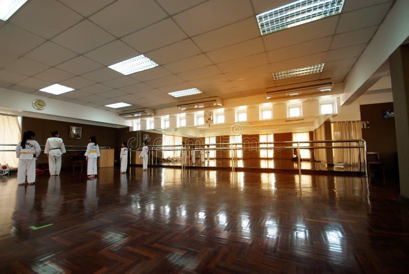 Student het leren karate in de sportruimte in school stock afbeeldingen