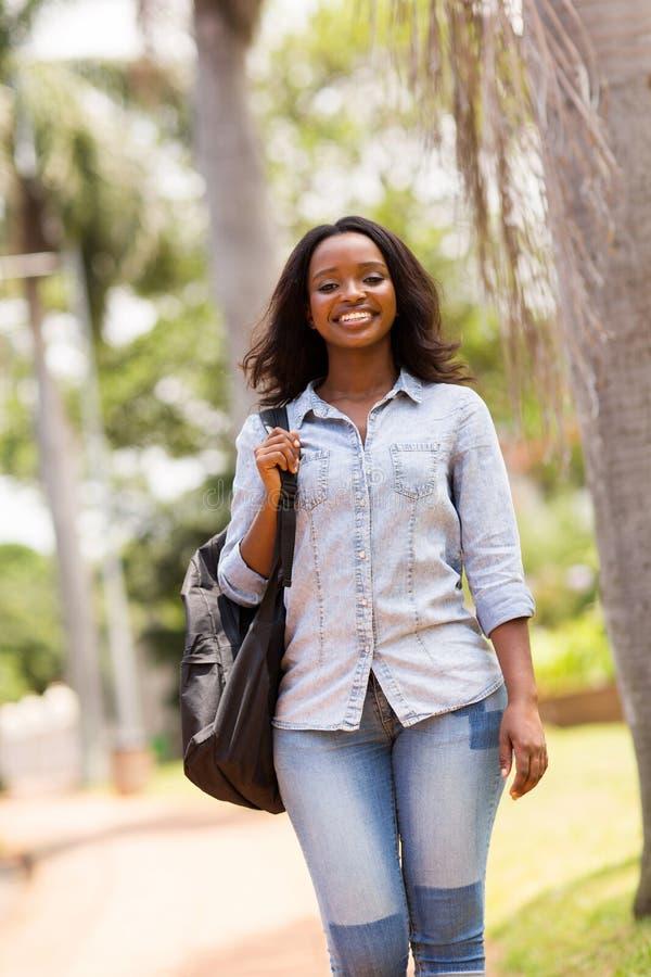 Student het lopen campus royalty-vrije stock fotografie