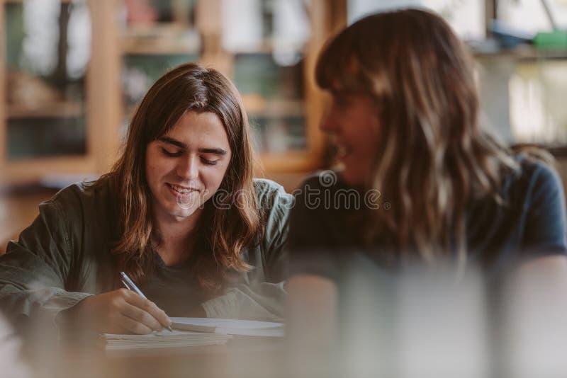 Student het schrijven nota's in lezing stock fotografie